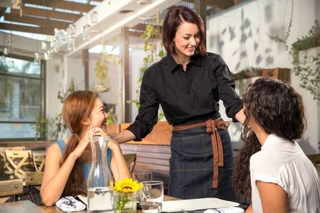 Falar inglês no restaurante: Guia definitivo com frases e vocabulários